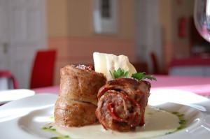 Pionono de solomillo de cerdo con variedad de Ibéricos sobre cremoso de Torta de La Serena.