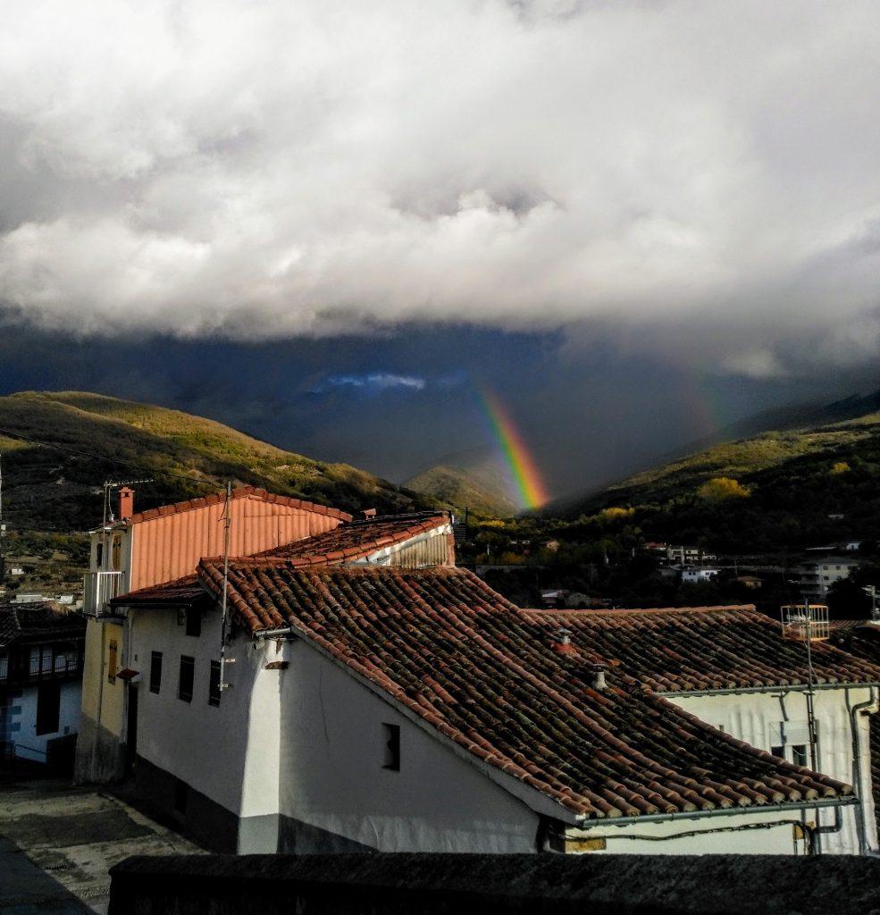Arcoiris en Hervás con lluvia