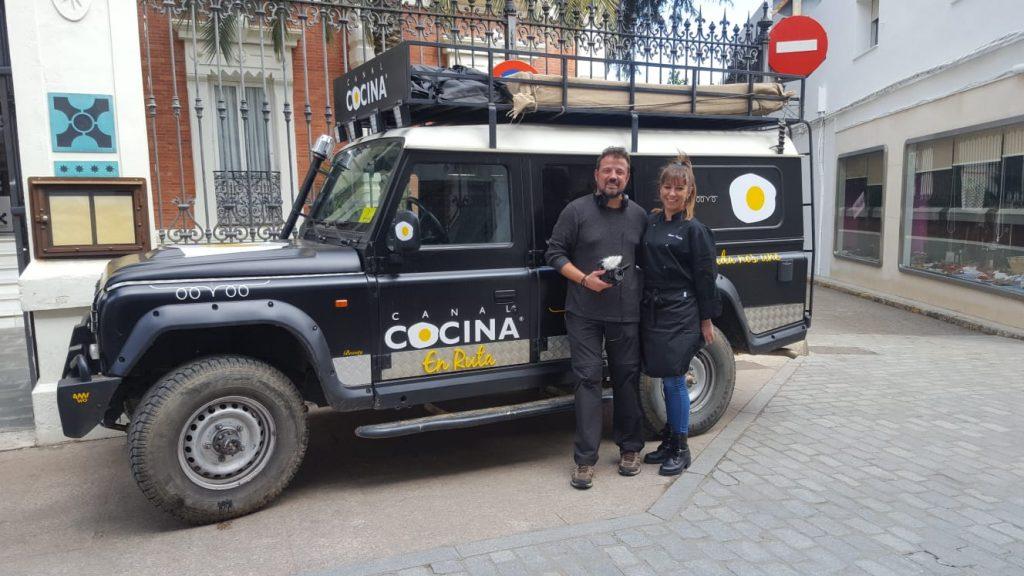 Periodista de Canal Cocina y Jefa de Cocina de la Hospedería frente a la fachada.